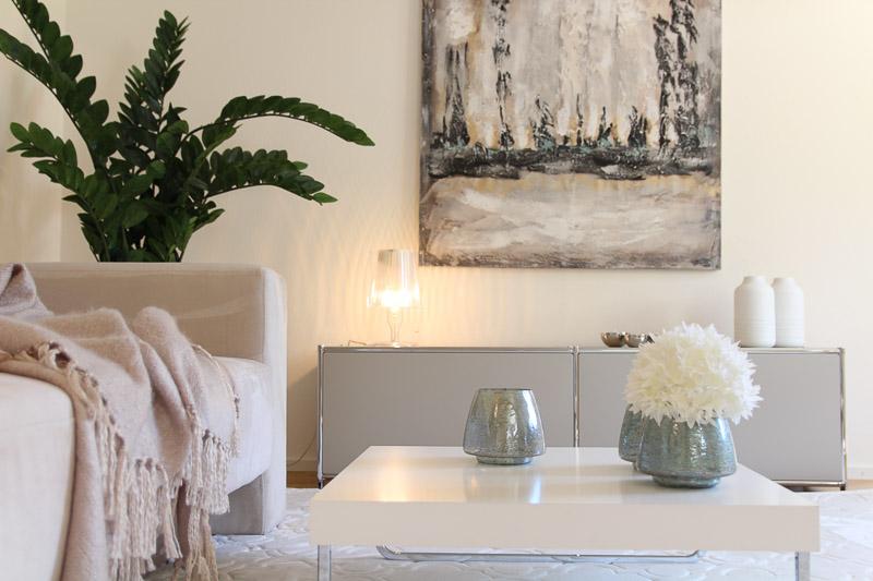 Musterwohnung modernes Wohnzimmer eingerichtet in beige Tönen